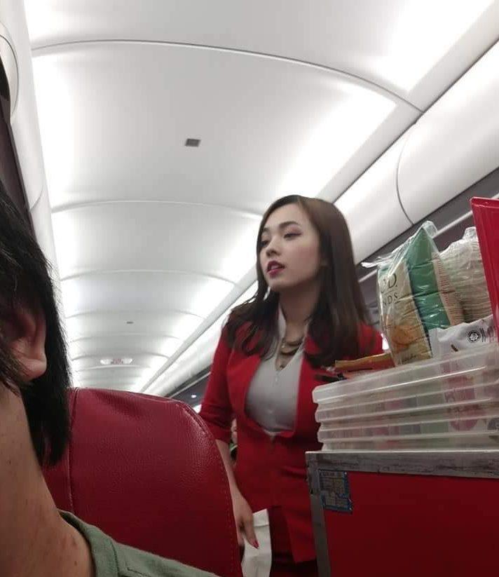 ¿Es esta la azafata más linda del mundo? Un pasajero le sacó una foto y se volvió viral