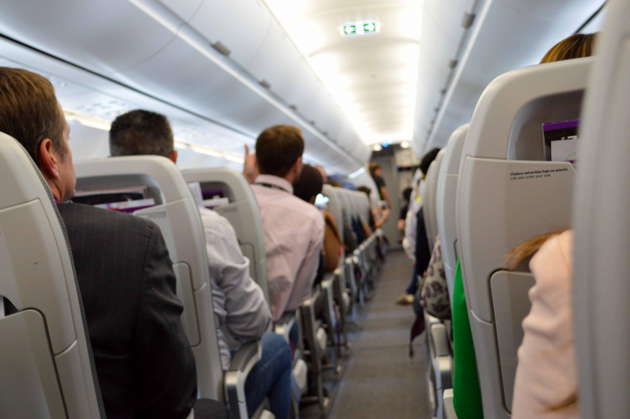Inmovilizaron a pasajero ebrio que se puso agresivo en pleno vuelo usando cinta y correas