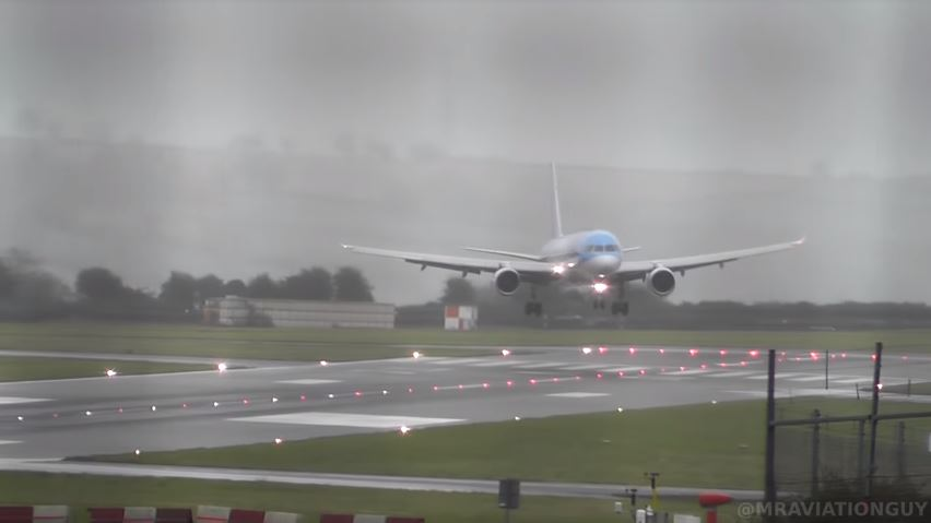 El increíble aterrizaje «de costado» de un avión en medio de una tormenta