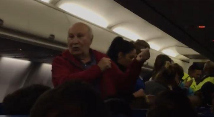 Expulsan de un avión a una pareja de ancianos españoles tras una discusión agravada por no entender el idioma
