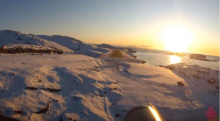 El espectacular aterrizaje junto a los fiordos en un aeropuerto de Groenlandia