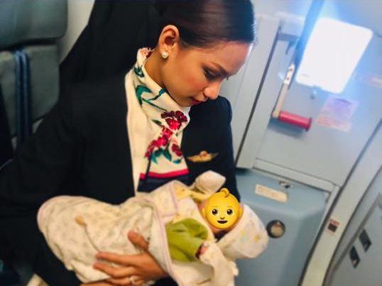 Azafata amamantó a bebé de una pasajera en pleno vuelo y se volvió viral