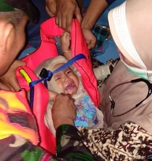 La verdad tras la imagen del bebé superviviente del accidente de avión en Indonesia