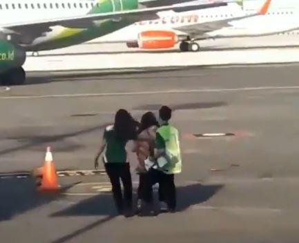 Mujer hizo berrinche en pista de aterrizaje tras tratar de alcanzar el avión que acababa de perder
