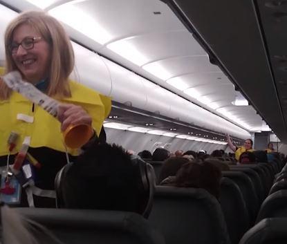«Los paracaídas no están incluidos en los tickets»: Las insólitas instrucciones de seguridad en un avión comercial