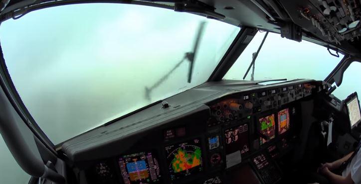 Así se ve una fuerte tormenta desde la cabina de un Boeing 737