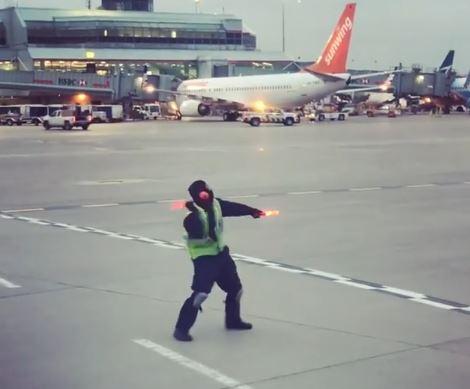 Un guía de aviones sorprende con baile en aeropuerto
