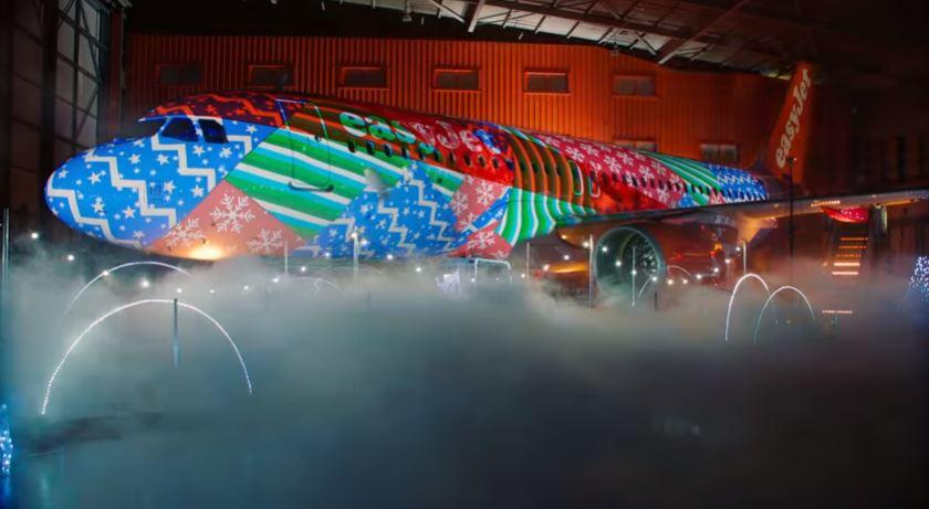 Un show de luces de Navidad más que original en un avión