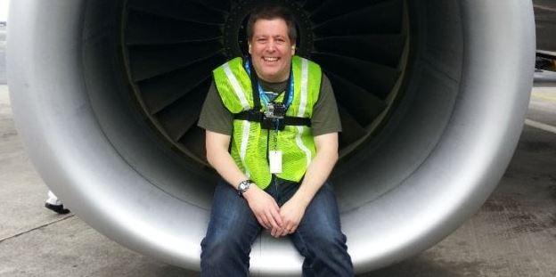 Este hombre regala boletos de avión a extraños para que pasen Navidad en familia