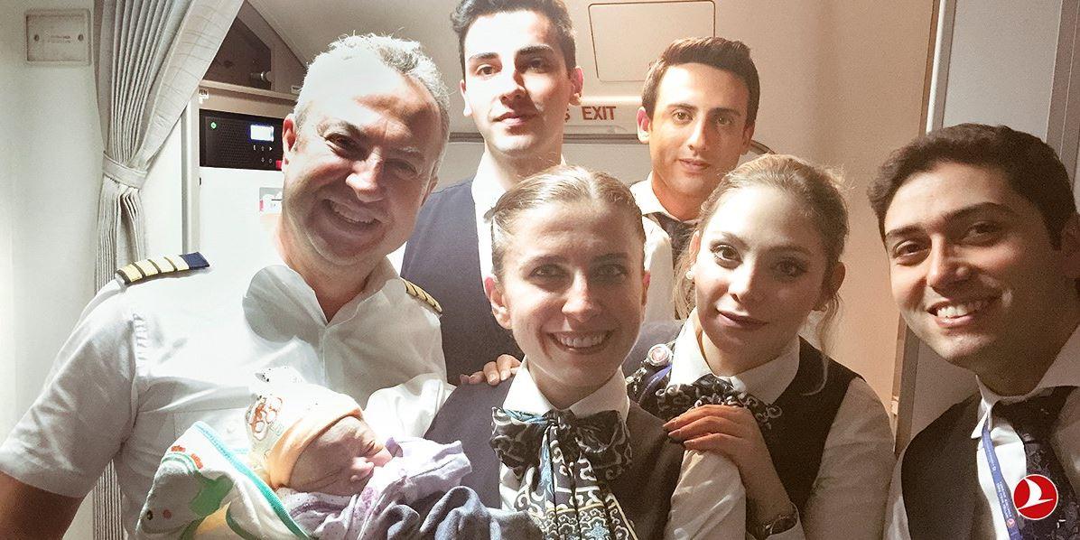 Una mujer da a luz en un avión de Turkish Airlines que volaba a Estambul