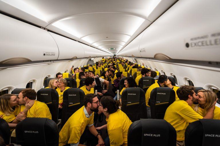 Vueling lanza un vuelo a París pagado con besos