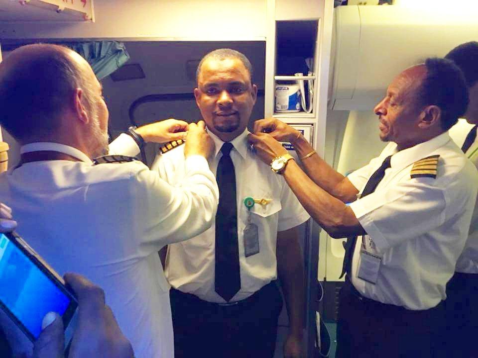Conserje de aerolínea cumple su sueño de convertirse en capitán luego de 24 años