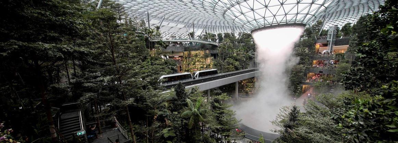 El aeropuerto de Singapur inaugura la cascada interior más alta del mundo