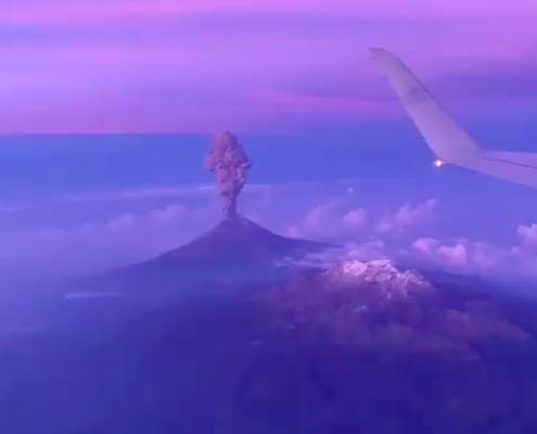 ¡Impresionante! Pasajero de avión grabó la erupción de volcán desde el aire