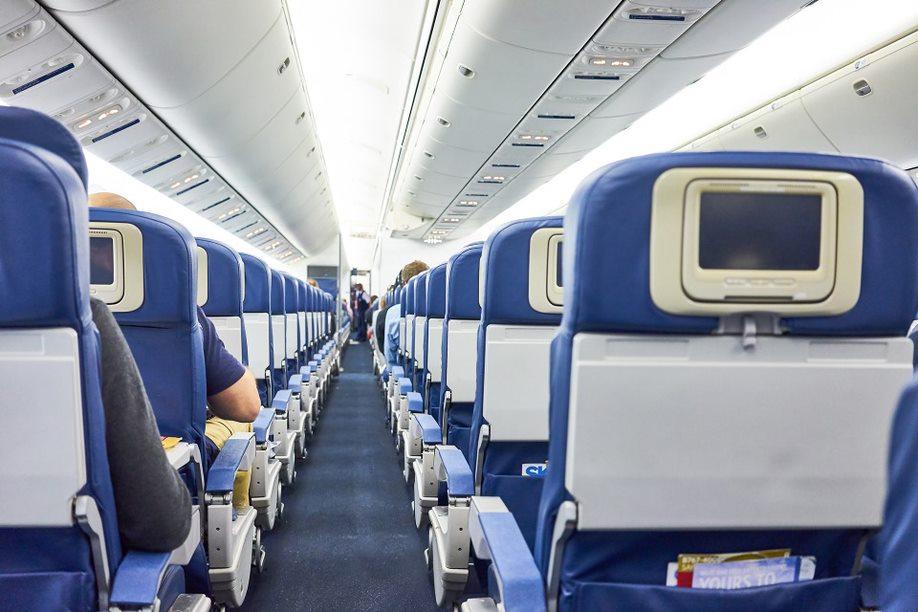 Hombre de 65 años inventó aviso de bomba en un avión por insólita razón: quería cita con una azafata