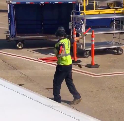 Trabajador de aerolínea protagoniza divertido baile sin imaginar que pasajera lo grabaría