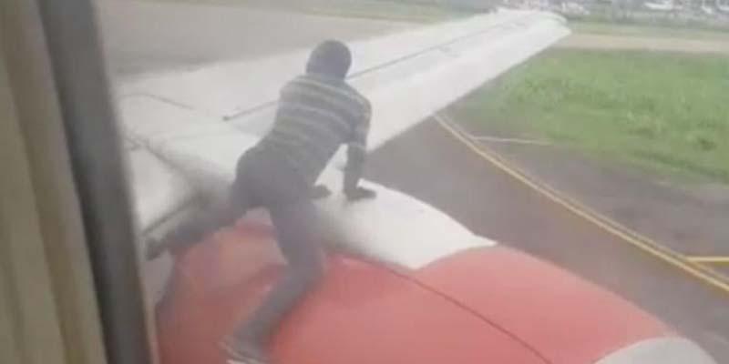 Un hombre salta sobre el ala de un avión cuando se disponía a despegar