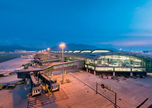 El aeropuerto de Hong Kong suspende todos los vuelos