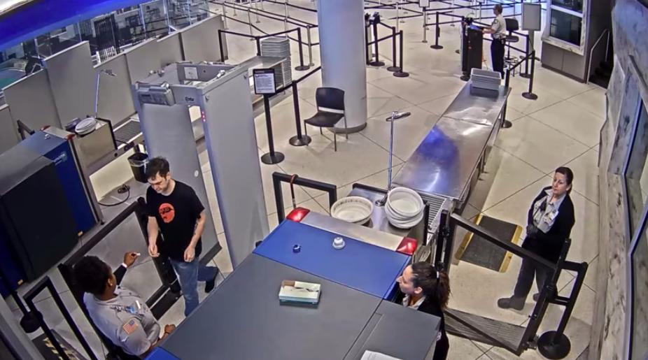 """Despiden a una agente de seguridad de un aeropuerto por llamar """"feo"""" a un pasajero"""