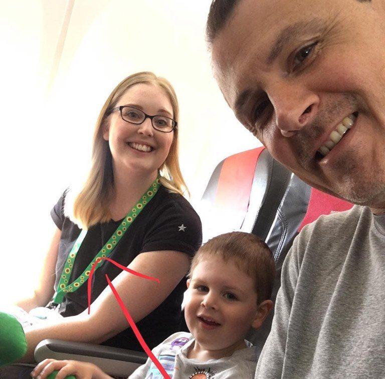Cordón de Girasoles alerta en aeropuertos que un pasajero tiene una discapacidad no visible