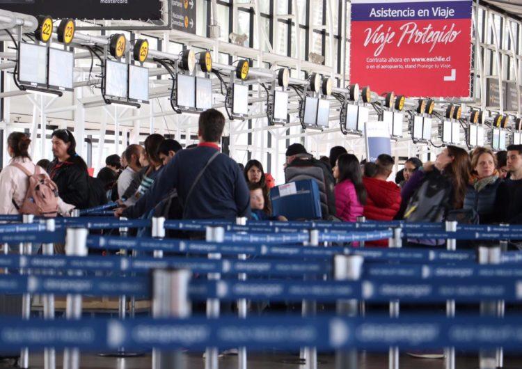 Chile: Tráfico de pasajeros en el aeropuerto de Santiago se desploma 42% en marzo por crisis sanitaria
