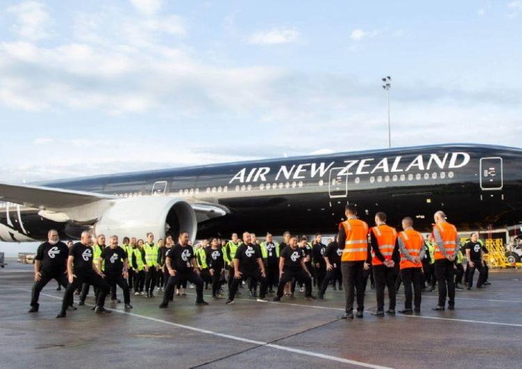 Empleados de una aerolínea homenajearon a los All Blacks con un haka en la pista de aterrizaje