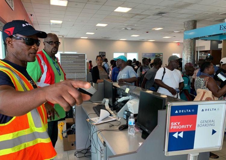 Delta Airlines realizó un vuelo a Bahamas para entregar ayuda y evacuar sobrevivientes