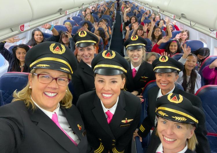 Un equipo femenino de Delta llevó a 120 niñas a la NASA para entusiasmarlas con las carreras de aviación