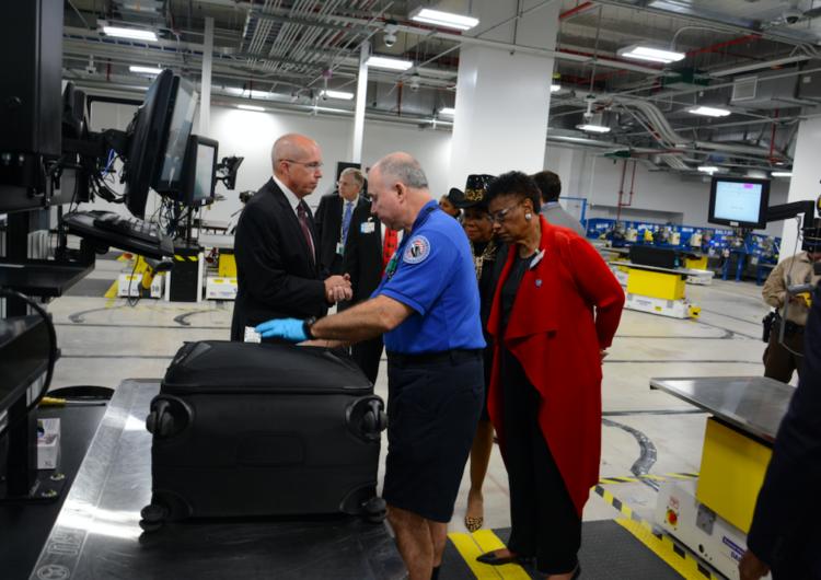 Presentan nuevo sistema para inspeccionar equipaje en Aeropuerto Internacional de Miami