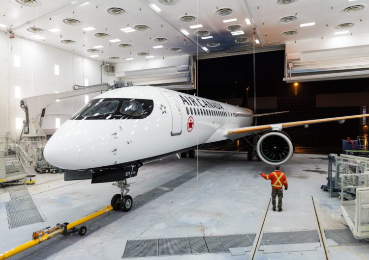 Todo un símbolo: el primer Airbus A220 con los colores de Air Canada