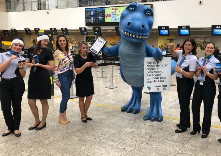 Azul leva dinossauro até Curitiba para incentivar Clientes a fazerem o check-in pelo app da empresa