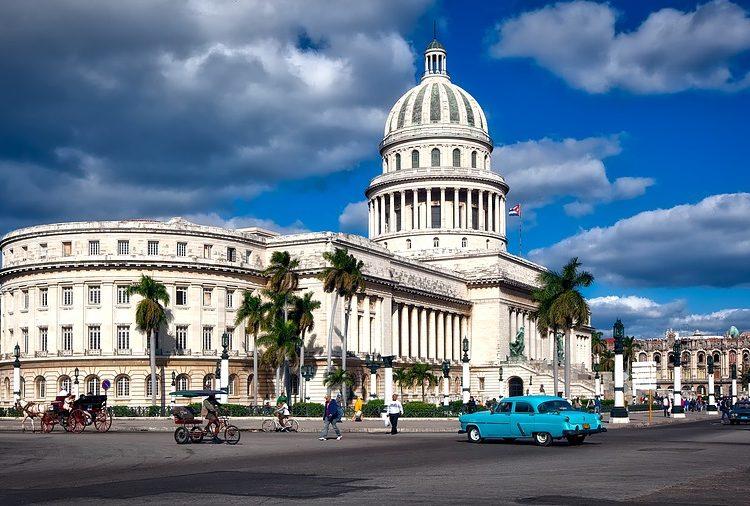 Cuba cierra sus fronteras y deportará a 60.000 turistas extranjeros