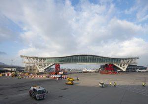 El aeropuerto de Hong Kong construye una pasarela que permite el paso por debajo del A380