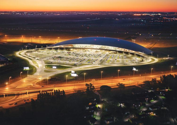 Coronavirus: el aeropuerto de Montevideo se convierte en autocine