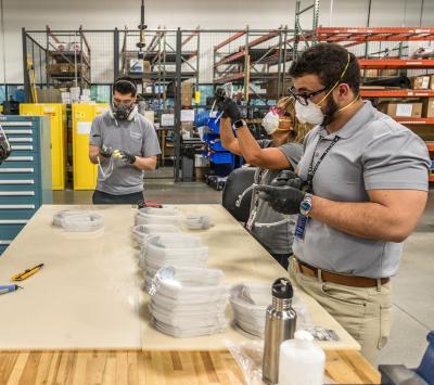 Subsidiaria de Delta Airlines fabrica protectores faciales de seguridad para hospitales