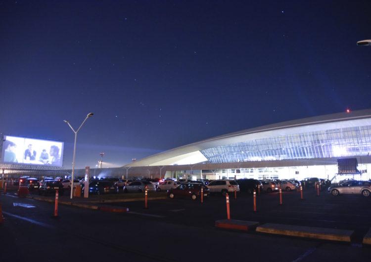 El parking del Aeropuerto de Carrasco se convierte en un autocine