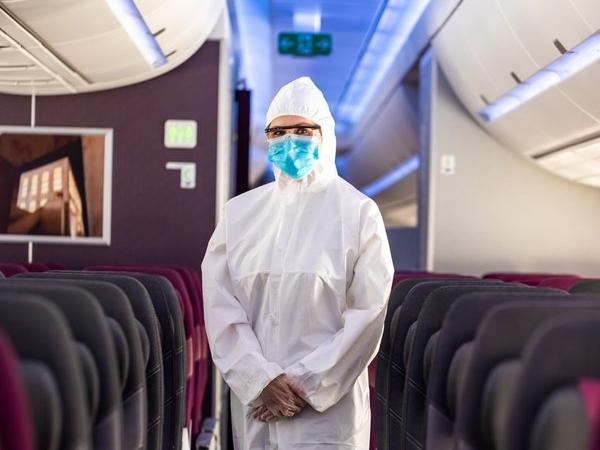 Aerolínea implementa trajes aislantes para que las azafatas puedan trabajar
