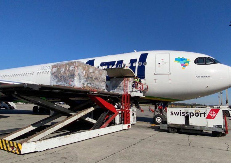 Chegam ao Brasil 133 respiradores trazidos pela Azul Cargo Express