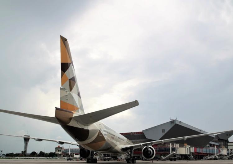 Aerolínea Etihad aterriza por primera vez en Cuba con ayuda humanitaria y residentes que estaban varados en Abu Dabi