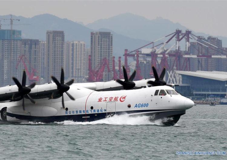Primer vuelo desde el mar del avión anfibio chino AG600