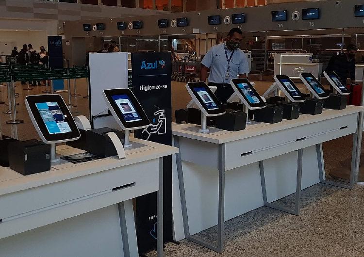 Azul implementa bancadas digitais para autoatendimento em aeroportos do país
