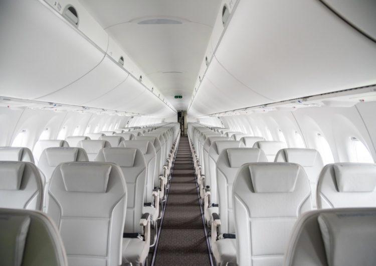 El avión con asientos plegables