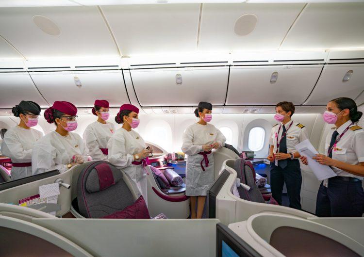 Qatar Airways 'dibuja' un lazo rosa en el cielo por el Mes del Cáncer de Mama