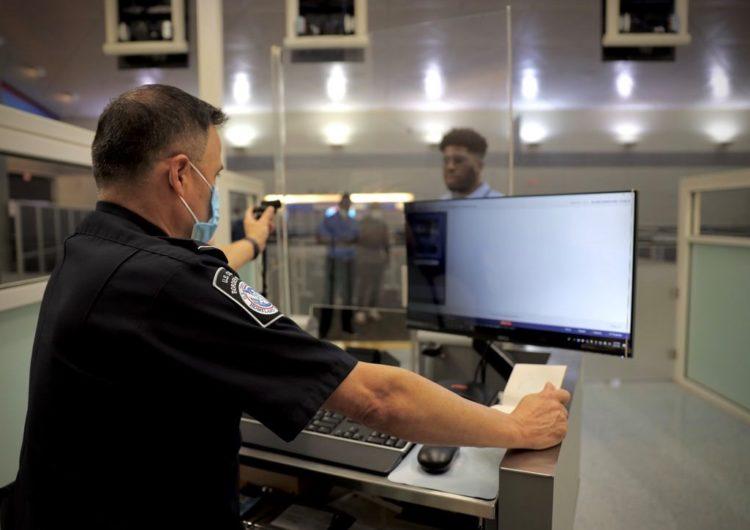 DFW implementa reconocimiento facial en migración