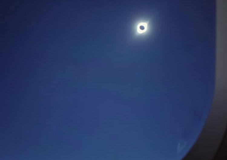 Chile: Piloto llevó a 70 personas a disfrutar del eclipse de Sol desde las alturas