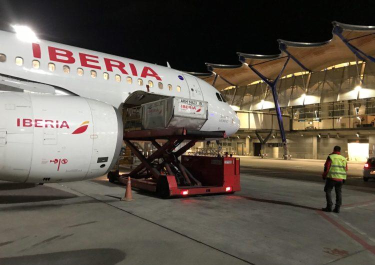 Iberia lleva a España las primeras vacunas en vuelos regulares