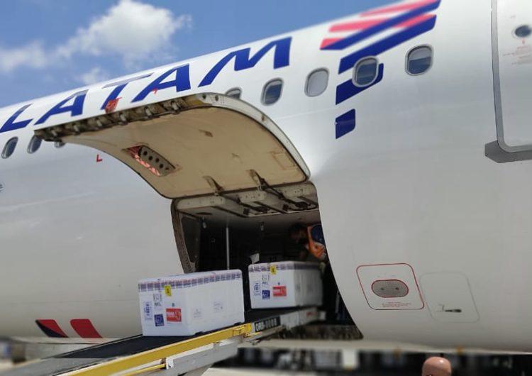 Avião Solidário da LATAM decola com mais 1,9 milhão de vacinas pelo Brasil