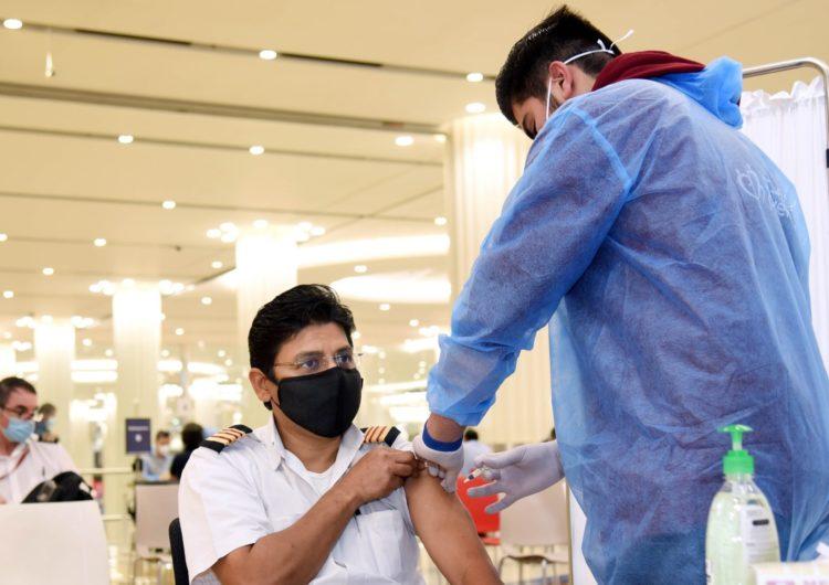 La OMS pide prioridad en la vacunación para tripulaciones aéreas y marítimas