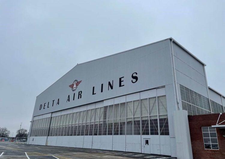 Delta utiliza uno de sus hangares para la vacunación contra el COVID-19