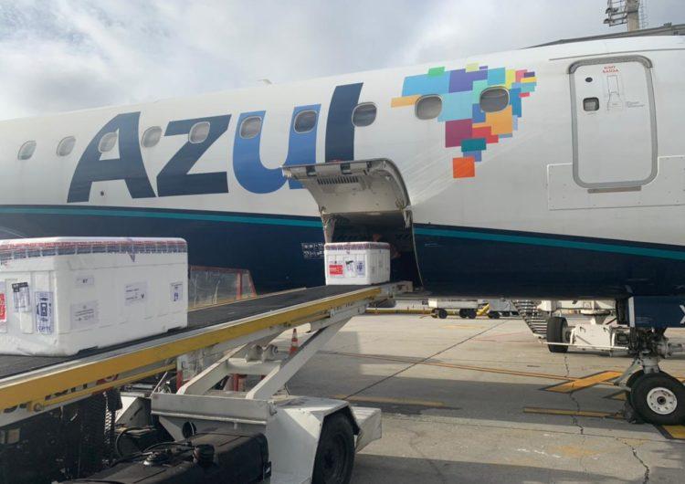"""Em esforço para combater pandemia, Azul transporta nova remessa de vacinas, """"kits intubação"""" e analgésicos para 16 estados"""